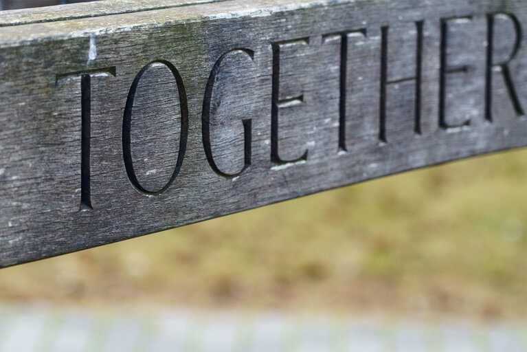 "Das Wort ""Together"" in Holz graviert"